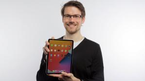 Redakteur h�lt das neue iPad Pro 11.©COMPUTER BILD