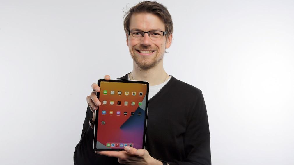 Redakteur hält das neue iPad Pro 11.
