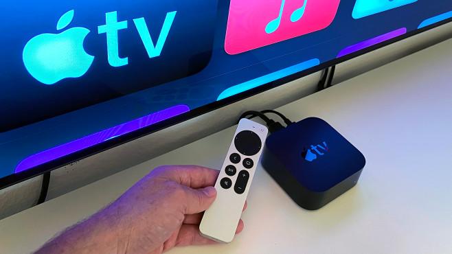 Das neue Apple TV 4K HDR im Test: Apple mischt die Farben neu! Die neue Fernbedienung des Apple TV 4K HDR gefällt mit ihren kreisrund angeordneten Navigationstasten samt Touchpad in der Mitte und handlichem Alu-Gehäuse.©COMPUTER BILD