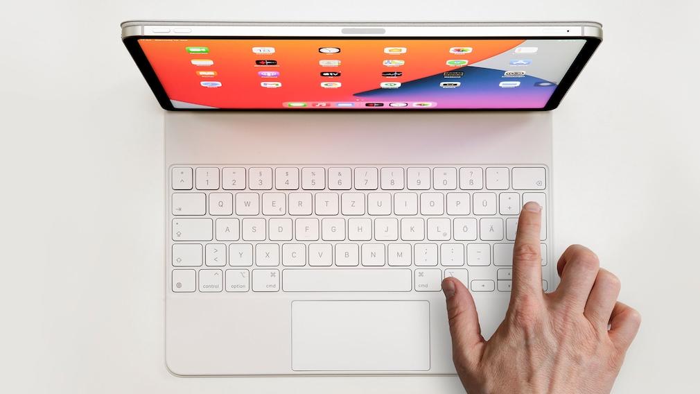 Finger drückt auf eine Taste am Magic Keyboard