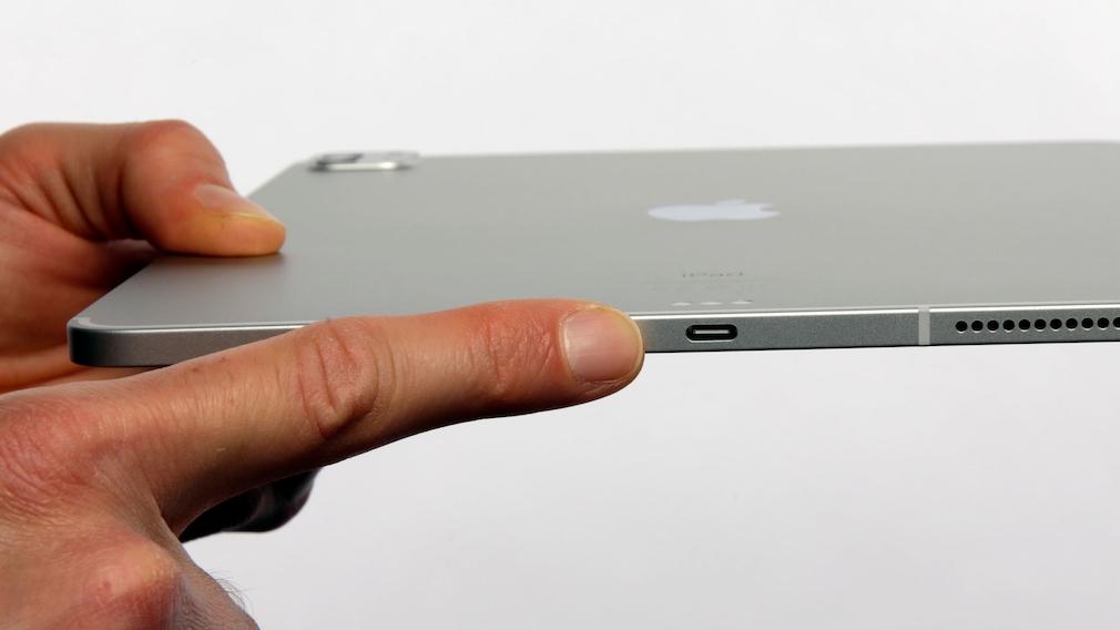 Finger zeigt auf den Thunderbolt-Anschluss am iPad Pro.