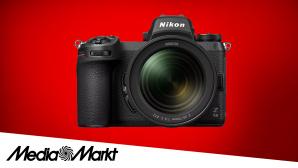 Die Nikon Z6 II vor rotem Hintergrund©Media Markt