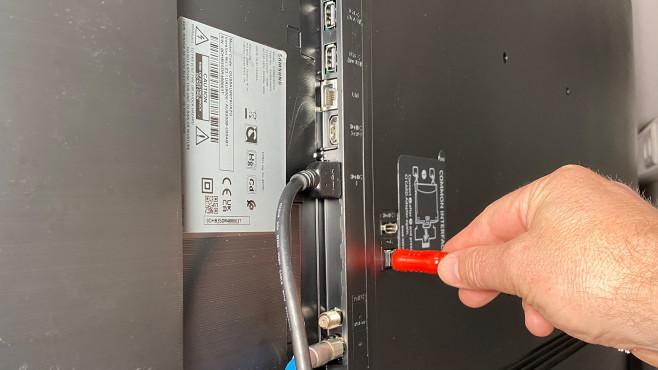 Anschlussseitig bietet der Samsung AU8079 nur das Nötigste.©COMPUTER BILD