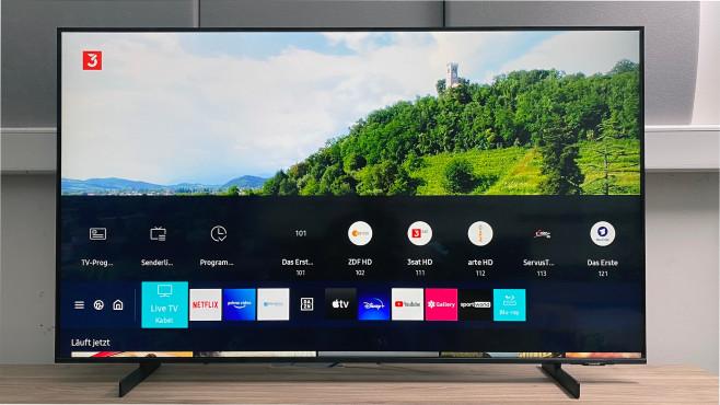 Nach einem Druck auf die Hometaste zeigt der Samsung AU8079 Fernsehsender und Streaming-Angebote einträchtig übereinander.©COMPUTERBILD