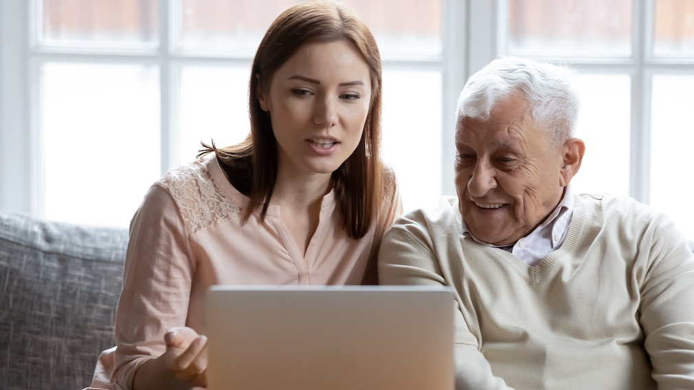 Schützen Sie Ihre älteren Familienangehörigen vor Online-Betrügern