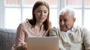 Sch�tzen Sie Ihre �lteren Familienangeh�rigen vor Online-Betr�gern©iStock.com/fizkes