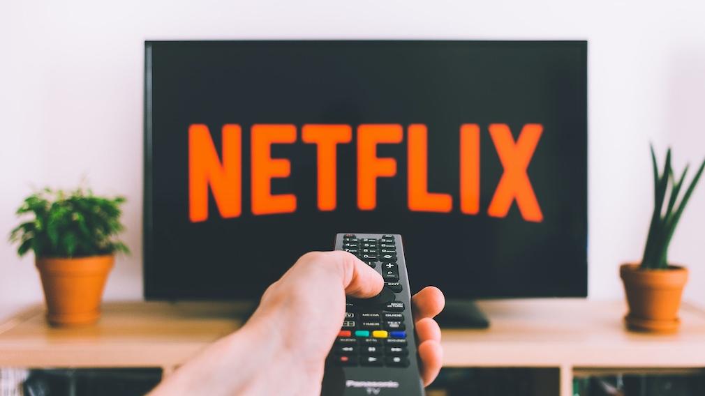 Nutzer schaltet Netflix ein