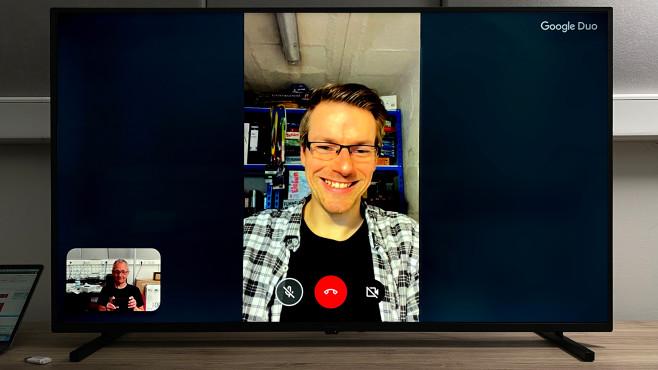 Panasonic JXW834 im Test: Der erste Android-TV von Panasonic Mit dem Panasonic JXW834 sind auch Video-Telefonate via Google Duo möglich. Voraussetzung: Eine kompatible USB-Webcam, etwa von Logitech.©COMPUTER BILD