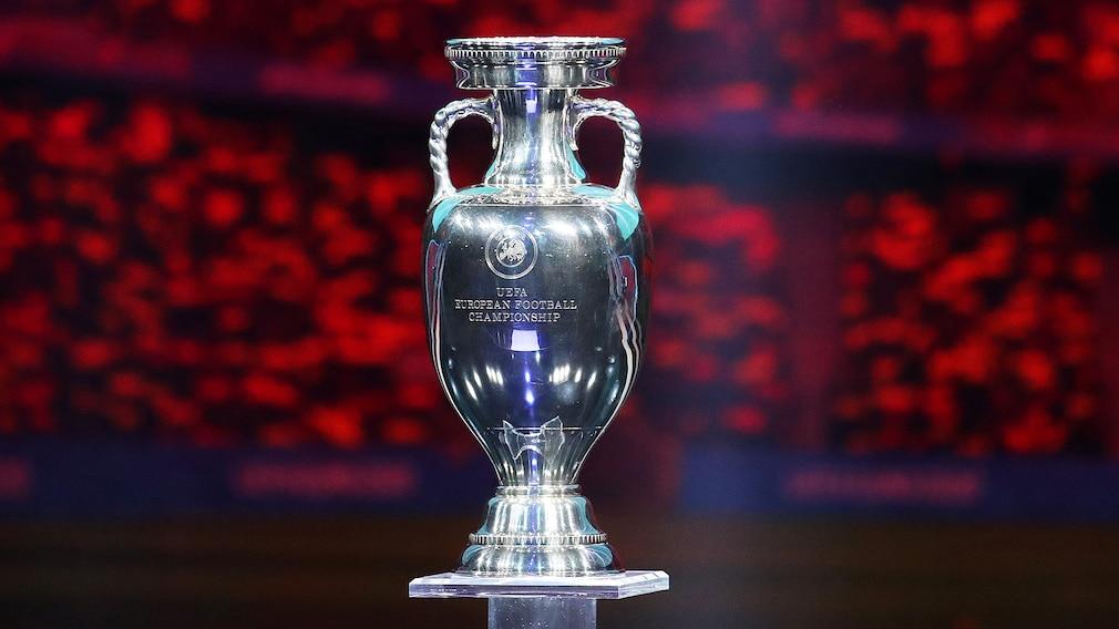 EM 2021: Spielplan, TV-Übertragung, Favoriten – alle Infos Wer darf diesen Pokal mit nach Hause nehmen? 24 Mannschaften ermitteln in 51 Spielen den Nachfolger des amtierenden Europameisters Portugal.©Catherine Ivill / Getty Images