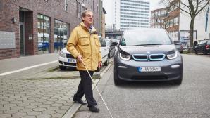 Blinde Person und ein E-Auto©DBSV
