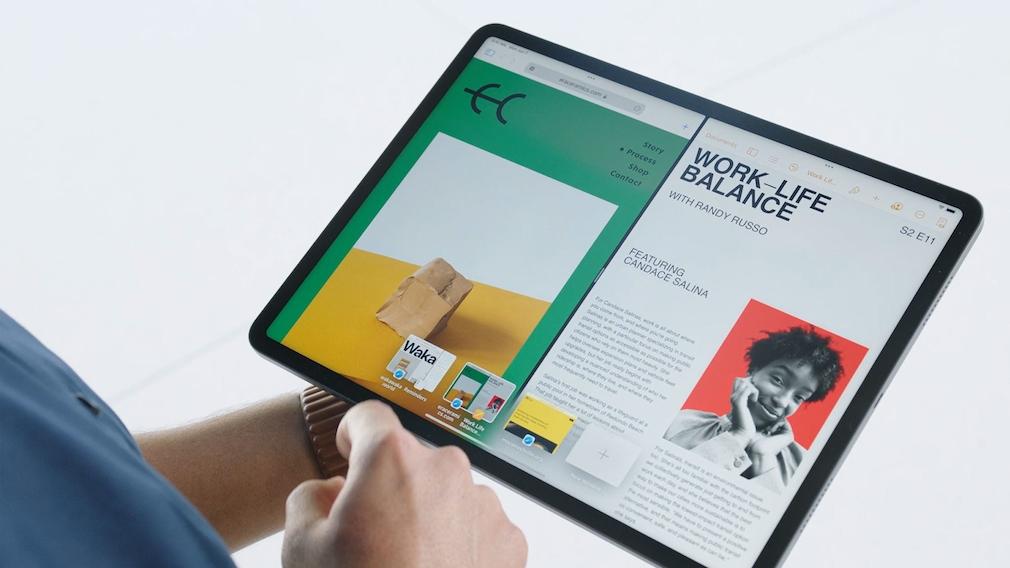 Hand hält das iPad Pro.