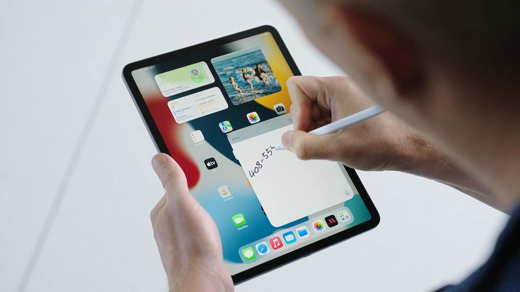 Mensch hält das iPad Pro und schreibt mit dem Apple Pencil 2 darauf.