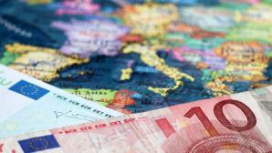 Euro-Scheine auf Landkarte©iStock.com/Oleg Elkov
