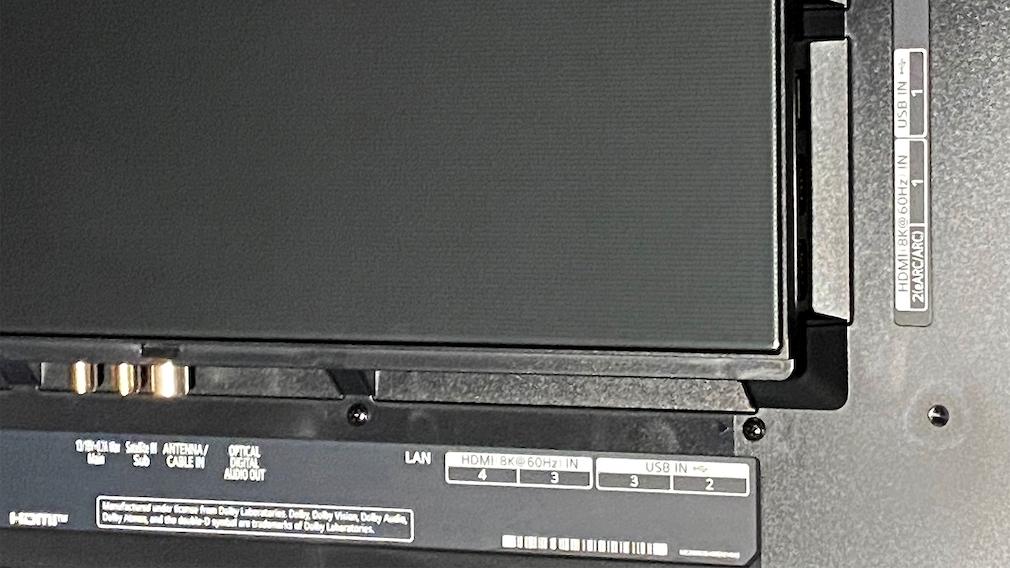Die vier HDMI-Eingänge entsprechen alle HDMI 2.1, einer ist 8K-fähig.