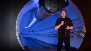 Elon Musk vor einer blau beleuchteten Tunnelr�hre©ROBYN BECK / Getty Images