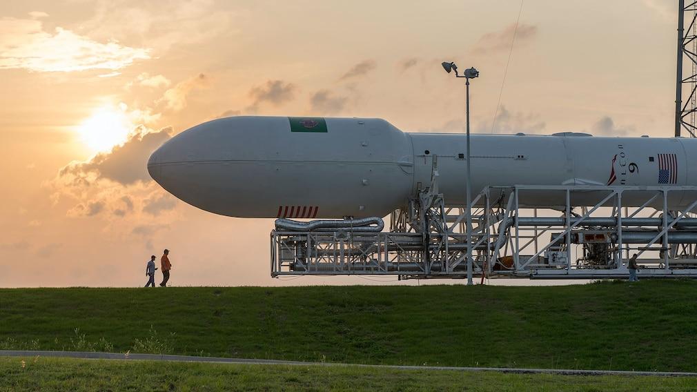 Liegende Falcon-9-Rakete©pexels.com