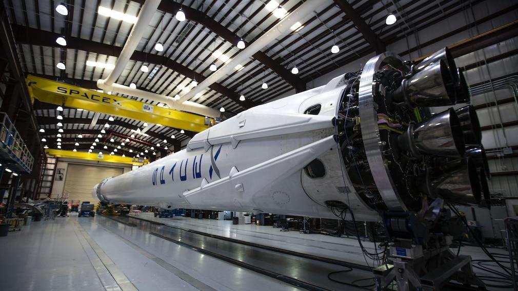 Eine Falcon-9-Rakete im Hangar