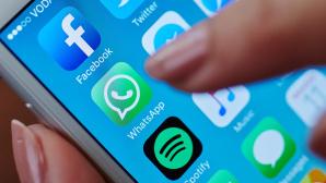 Finger zeigt auf WhatsApp-Logo auf einem iPhone.©istock/bombuscreative