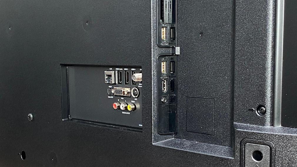 Die Rückseite des Medion X16566 ist reichhaltig mit Anschlüssen bestückt.