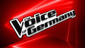 Logo von The Voice of Germany vor rotem Hintergrund©The Voice of Germany, iStock.com/reklamlar
