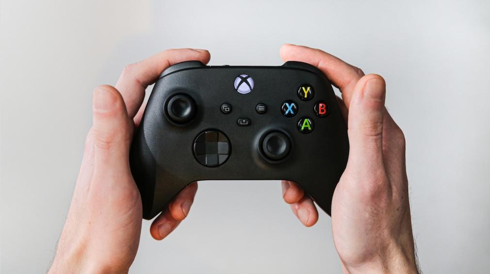 Hände halten den Controller der Xbox Series X