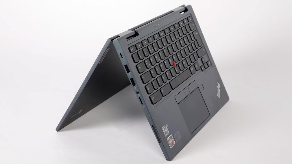 Lenovo Thinkpad C13 Yoga im Zelt-Modus vor grauem Hintergrund