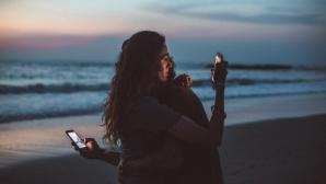 Paar mit Smartphones©pexels