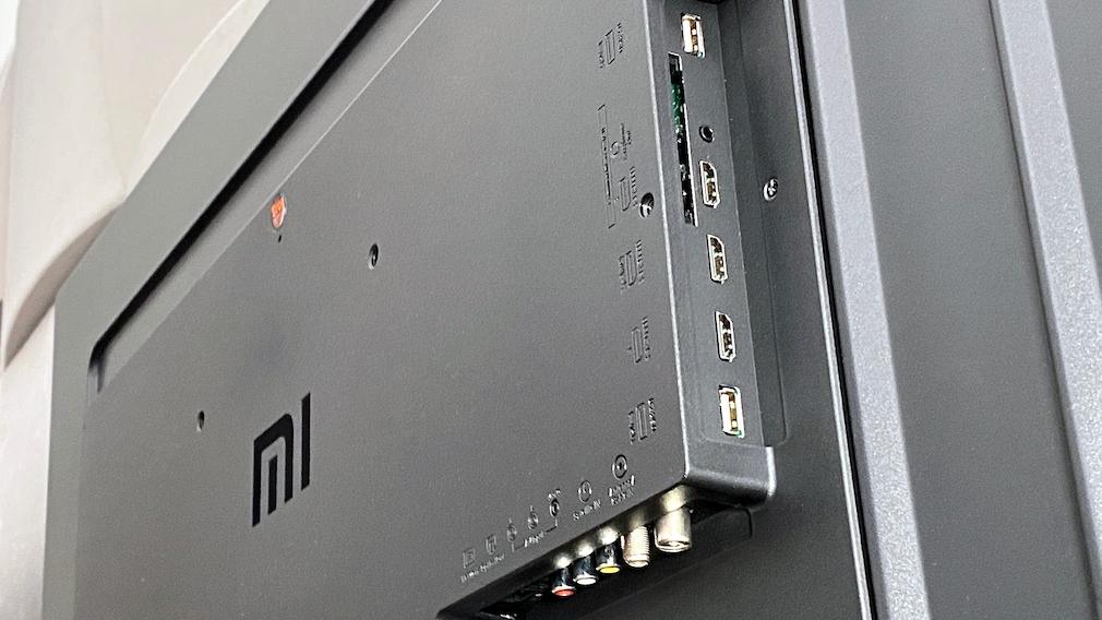 Die Rückseite des Xiaomi Mi TV P1 ist gut mit Anschlüssen bestückt, die Beschriftung ist nur geprägt und damit schlecht erkennbar.