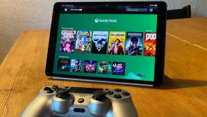 Xbox Cloud Gaming läuft auf dem iPad Air 3, davor liegt ein Playstation-4-Controller.©COMPUTER BILD