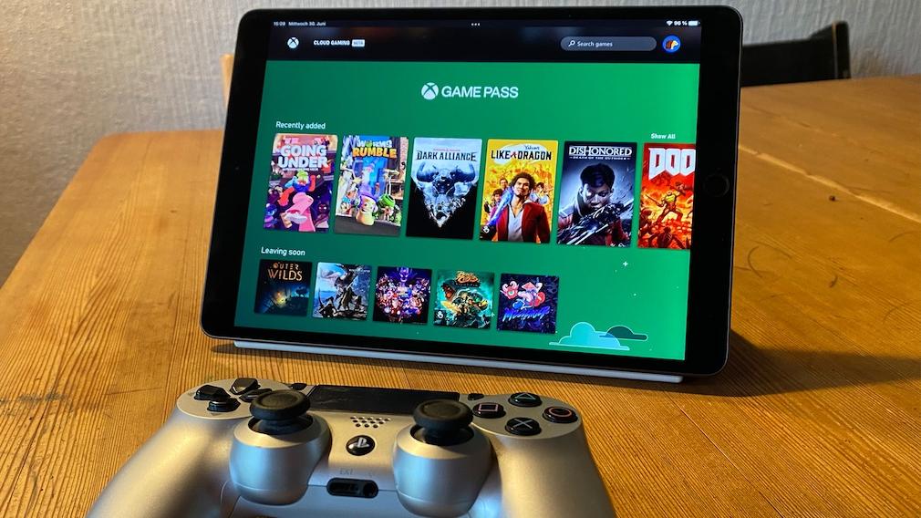 Xbox Cloud Gaming läuft auf dem iPad Air 3, davor liegt ein Playstation-4-Controller.