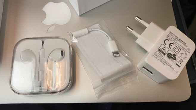 Lieferumfang des Testkaufs von 2020 bei Aldi: Statt Lightning-Kopfhörer gab es normale Kopfhörer plus Lightning-Adapter. Das Netzteil ist kein Apple-Original.©COMPUTER BILD