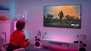 Eine Frau zockt mit einem LG-OLED-Fernseher©LG Electronics