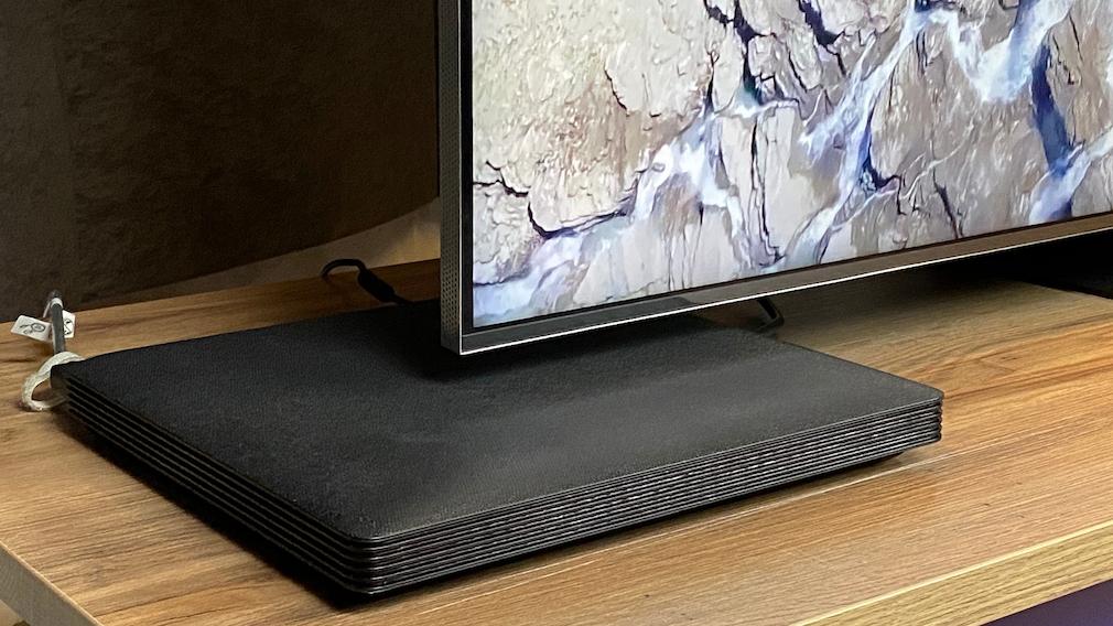 Die neue One-Connect-Box des Samsung QN800A fällt schön flach aus und kann im Schrank verschwinden.