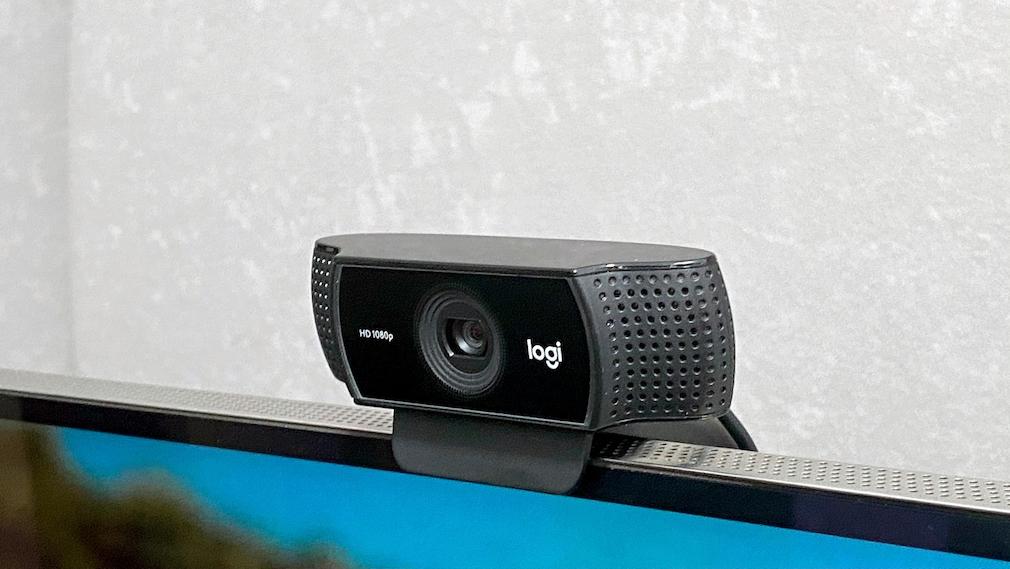USB-Webcams von Logitech machen aus dem Samsung QN800A ein riesiges Video-Telefon.