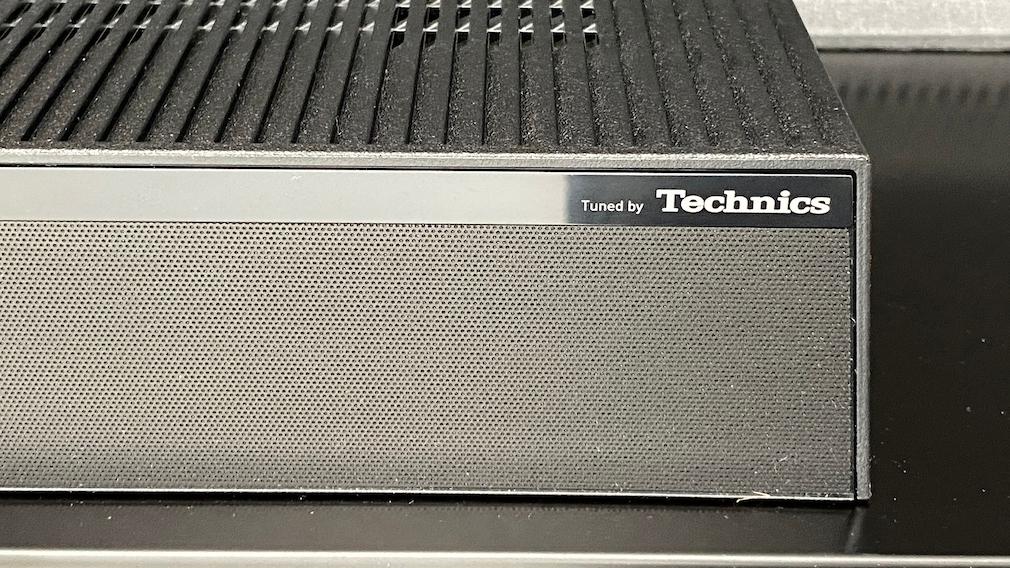 Eine flache Box auf der Rückseite des Panasonic JZW2004 enthält die nach oben gerichteten Raumklang-Lausprecher.