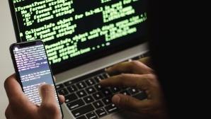 Hacker vor Notebook und mit Smartphone©pexels