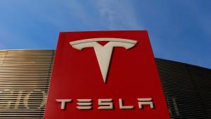 Säule mit Tesla-Logo vor blauem Himmel©VCG/Getty Images