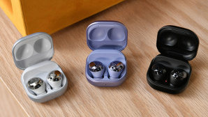Galaxy Buds im Ladecase in Wei�, Lila und Schwarz©Dia Dipasupil/Getty Images
