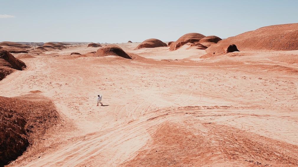 Mann läuft durch Wüste