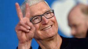 Lachende Tim Cook zeigt das Peace-Zeichen©Axelle/Bauer-Griffin/Getty Images