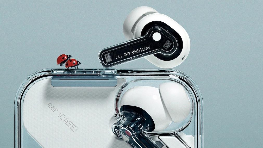 Transparente Nothing-Kopfhörer im Ladecase mit zwei Marienkäfern