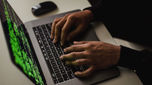Hacker vor Laptop©pexels.com