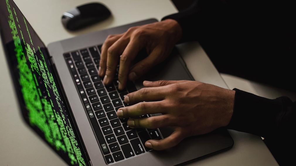 Hacker vor Laptop