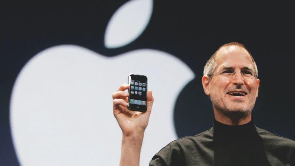 Steve Jobs hält ein iPhone