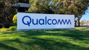 Qualcomm auf grüner Wiese vor einem Gebäude.©Qualcomm