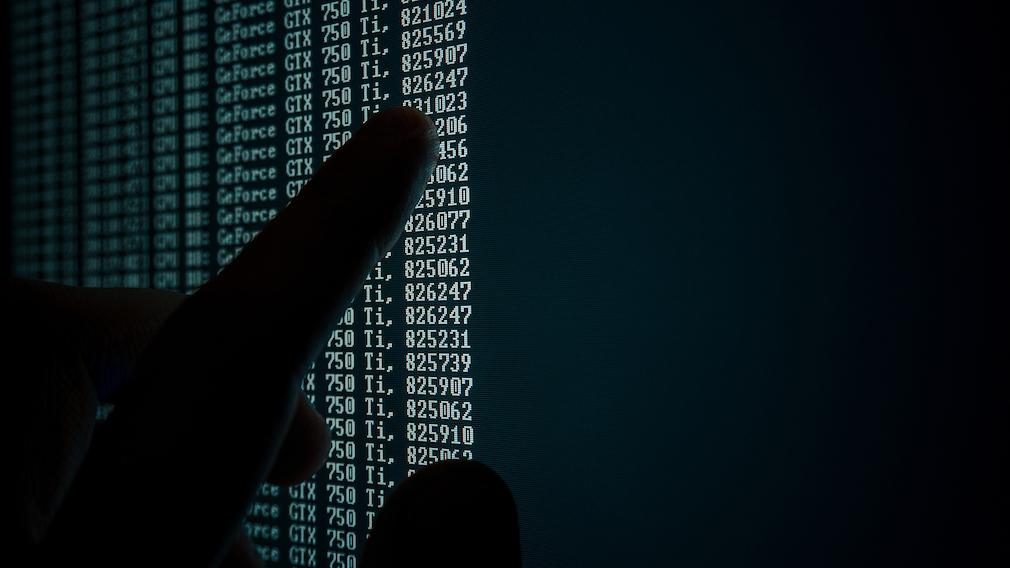 Person prüft Zahlenreihen auf dem Computer©pexels.com
