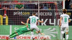 Fußballspieler schießt einen Elfmeter ins Tor©Frederic Scheidemann/Getty Images