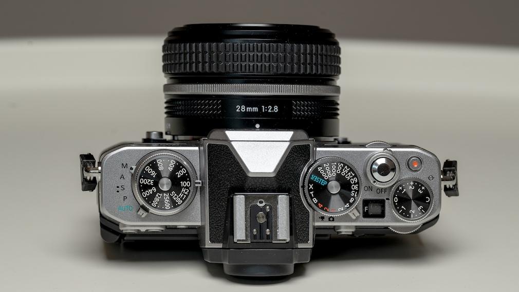 Nikon Zfc: Test der Systemkamera im Retro-Look Von oben guten zu sehen: Das klassische Design der Nikon Zfc mit großen Drehrädern für ISO, Belichtungszeit und Belichtungskorrektur.