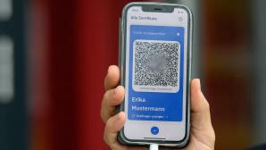 Hand h�lt iPhone mit ge�ffneter CovPass-App.©SOEREN STACHE / Getty Images