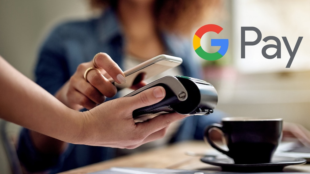 Frau bezahlt mit Handy per Google Pay©iStock.com/ Cecilie_Arcurs, Google Pay